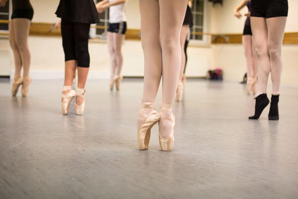 Junge Frauen üben den Tanz auf Spitzenschuhen