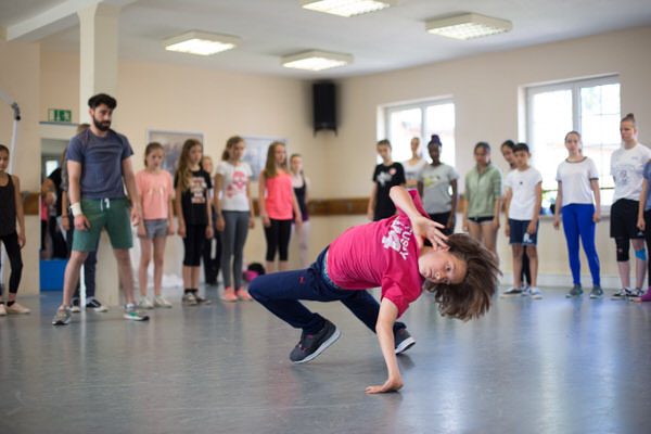 Junge tanzt Breakdance im Studio