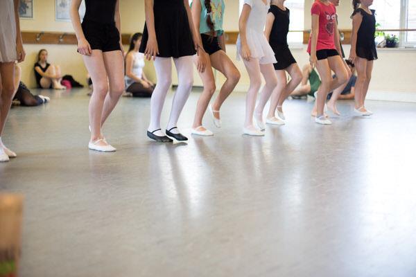 Kinder tanzen im Ballettstudio