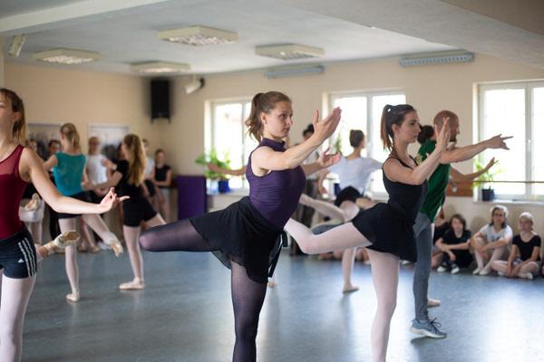 Mädchen üben eine Ballett Choreografie 01
